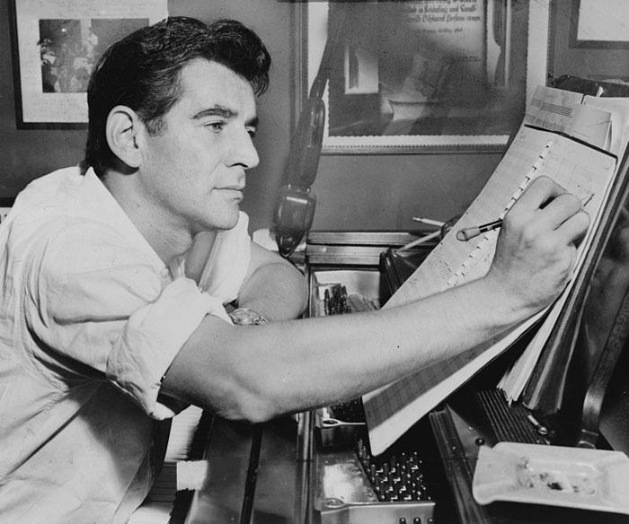 1-800px-Leonard_Bernstein_NYWTS_1955